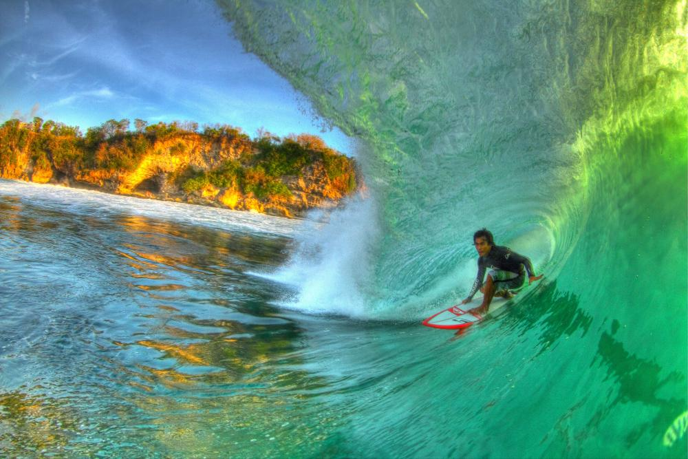 Dede Suyana, tripping the light fantastic deep inside a golden sunset-lit Padang bowl. Photo Ricardo Borghi